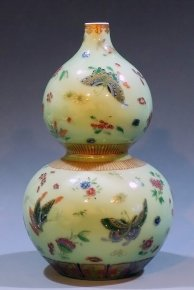 The Butterflies Famille Rose Overglaze Celedon Porcelain Gourd Vase China